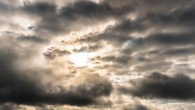 Cieux partiellement nuageux au lever de soleil, temps-faute banque de vidéos