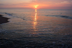Cieux roses merveilleux et mers calmantes à l'aube Image libre de droits