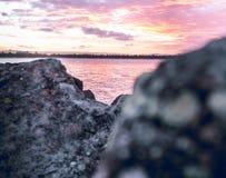 Cieux roses sur les roches photos libres de droits
