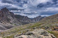 Cieux sombres au-dessus des pentes de la toundra de montagne, en juillet Photographie stock