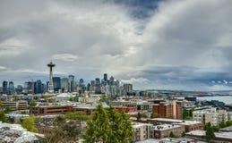 Cieux volatils de ressort au-dessus d'horizon de Seattle Photos stock