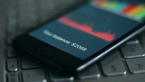 Cifre dell'equilibrio di conto sullo schermo dello smartphone stock footage