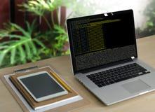 Cifre el foco en el código programado que cifra el HTML del PHP que cifra Cyberspac foto de archivo