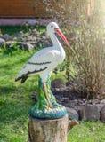 Cigüeña decorativa en un jardín Fotografía de archivo