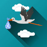 Cigüeña del vuelo con un icono del paquete Foto de archivo libre de regalías
