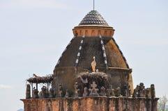Cigüeñas en el tejado fotos de archivo