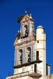 Cigüeñas que jerarquizan en la torre de alarma, Ecija, España. Imagen de archivo