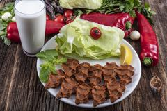 Cig kofte, ein Teller des rohen Fleisches in den türkischen und armenischen Küchen E stockbild