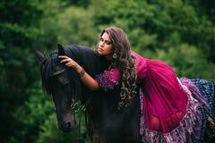 Cigano bonito no vestido violeta imagem de stock royalty free