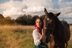 Cigano com um cavalo no campo no verão imagens de stock