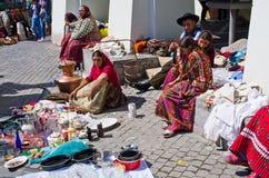 Cigano que vende eles bens no quadrado pequeno de Sibiu imagens de stock royalty free