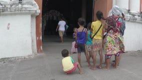 Ciganos das crianças da montanha que olham o evento do casamento acontecer para dentro do portal de Roman Catholic Church idoso vídeos de arquivo