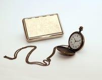 Cigaratte skrzynka i łańcuszkowy zegarek Zdjęcia Royalty Free