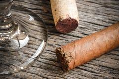 Cigare avec le verre de vin image stock