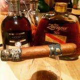 Cigare de Behike avec le rhum image libre de droits