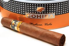 Cigare de Cohiba sur le cendrier Photo stock