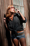 Cigare de fumage attrayant de modèle de mode Photos libres de droits