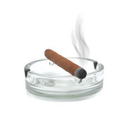 Cigare de fumage dans un cendrier Photos libres de droits