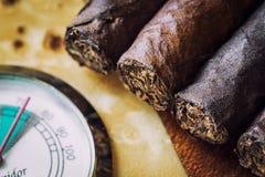 cigare en gros plan et humidificateur de qualité image libre de droits