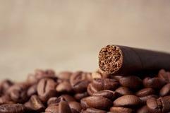 Cigare et grains de café photographie stock