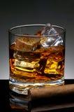 Cigare et whiskey photographie stock libre de droits