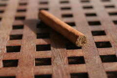 Cigare sur la table Photos stock