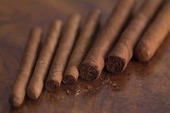 Cigare-sur-table image libre de droits