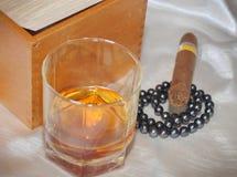 Cigares, cognac et perles Image stock