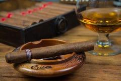 Cigares et rhum ou alcool sur la table Photographie stock libre de droits
