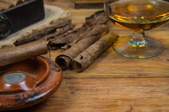 Cigares et rhum ou alcool sur la table Photos stock