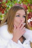 cigaret νεολαίες κοριτσιών στοκ φωτογραφία με δικαίωμα ελεύθερης χρήσης