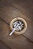 Cigarett på tabellen Arkivfoto