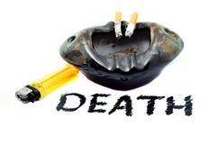 Cigarettbrännskador, askfatet med den gula tändaren och DÖD smsar royaltyfri fotografi