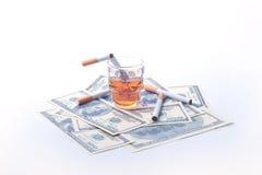 Cigarettdollar och whisky Arkivbild