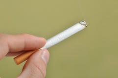 Cigarette à disposition Photographie stock libre de droits