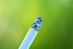 Cigarette au-dessus de fond brouillé Images libres de droits