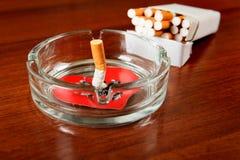 Cigarette avec la forme de coeur photographie stock