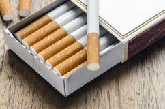 Cigarette dans la boîte de matchs Image stock