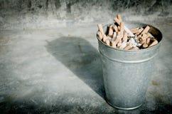 Cigarette dans la poubelle en aluminium Photographie stock libre de droits