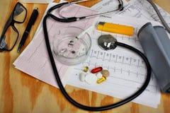 Cigarette dans le cendrier et le stéthoscope, moniteur de tension artérielle, pilules Images stock
