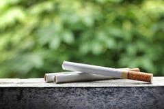 Cigarette dans le fond naturel Image libre de droits