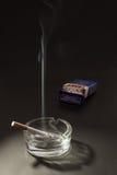 Cigarette de couvercle dans le cendrier image stock