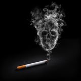 Cigarette de fumage Photo stock