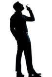 Cigarette de fumage d'homme de silhouette intégrale Images stock
