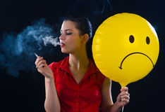 Cigarette de fumage de femme Images libres de droits