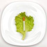 Cigarette de plat de dîner image libre de droits