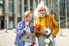 Cigarette de tabagisme d'homme plus âgé de hippie Images stock