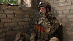 Cigarette de tabagisme marine de force spéciale après combat banque de vidéos