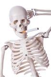 Cigarette de tabagisme squelettique Photographie stock libre de droits