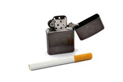 Cigarette et briquet de cigarette image stock